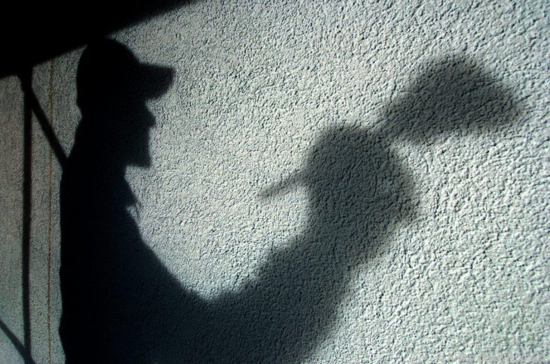 Ein Arbeiter ist als Schatten zu sehen. Ein Symbolbild für Schwarzarbeit