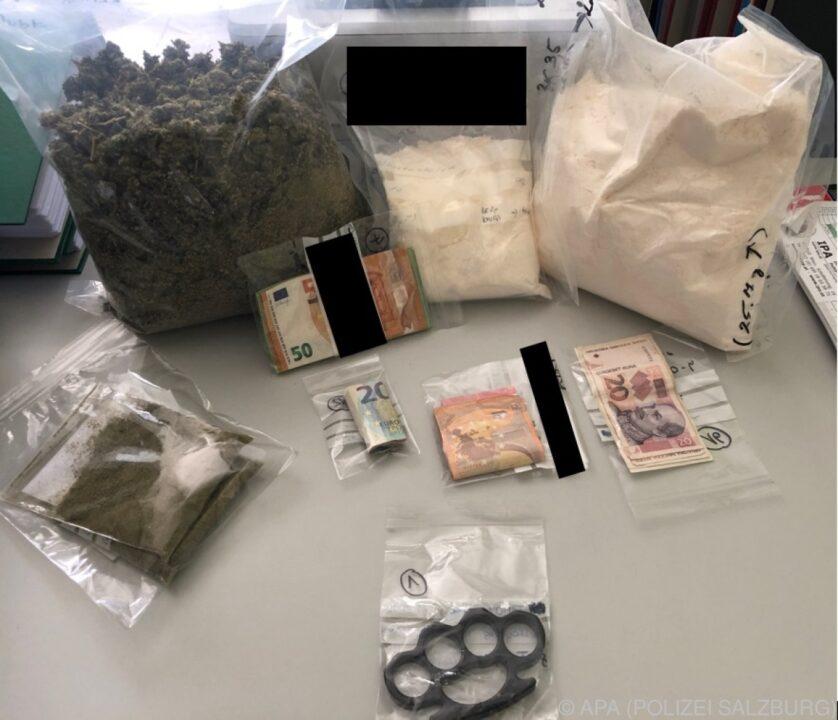 Drogen und Bargeld. das hat die Polizei sichergestellt, nachdem sie eine Drogenbande zerschlagen hat.