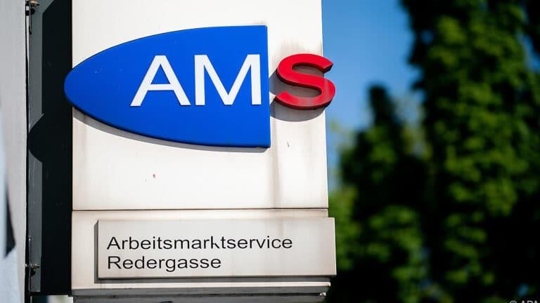 Ein Schild vom AMS - die Arbeitslosigkeit bleibt hoch.
